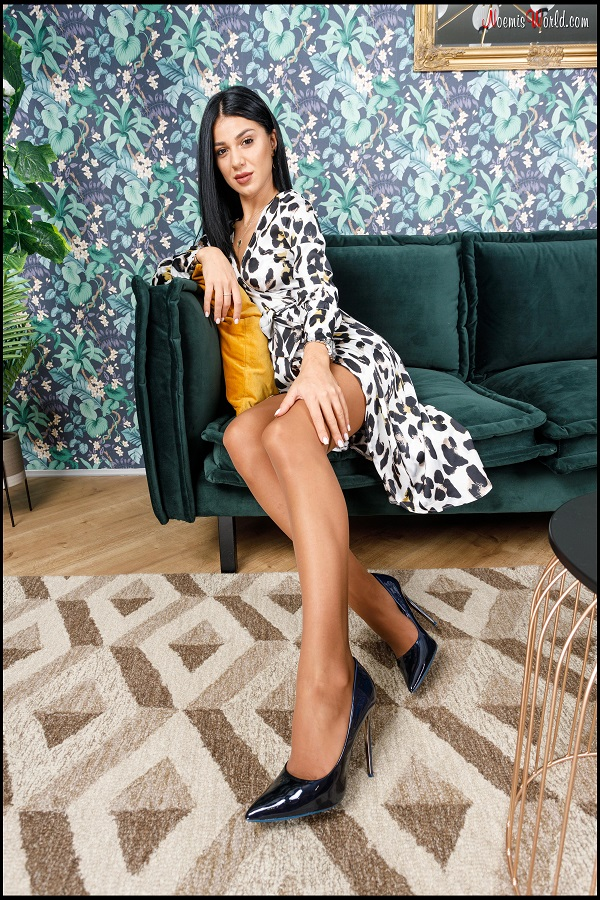 Noemi's World - Satine - Do you love the smell of her nylons? - Femdom Pictures